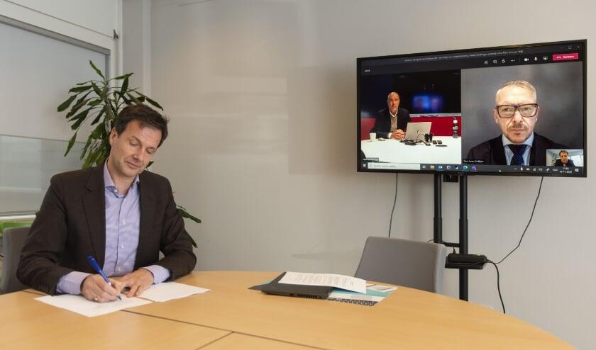 <p>V.l.n.r: Emile Klep (Directeur-bestuurder Woonplus Schiedam), Hans van der Krogt (Algemeen directeur Smits Vastgoedzorg), Toon Janse (Directeur Hoftijzer Vastgoedonderhoud)). (Foto: Jan Sluijter)</p>