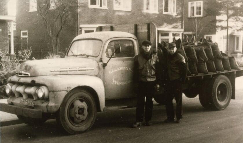 <p>Een foto uit het nieuwe boek: Berend van de Meent (l) en Cor van Geerenstein bij de auto van Eef van Schuppen, ca 1964.</p>