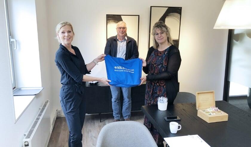 <p>Secretaris Linda Hauwert van MKB Duiven (links) overhandigt de MKB Duiven-coronacrisistas aan de raadslid Clemens Koning en fractievoorzitter Stefani Meijer-Uffing van Lokaal Alternatief.</p>