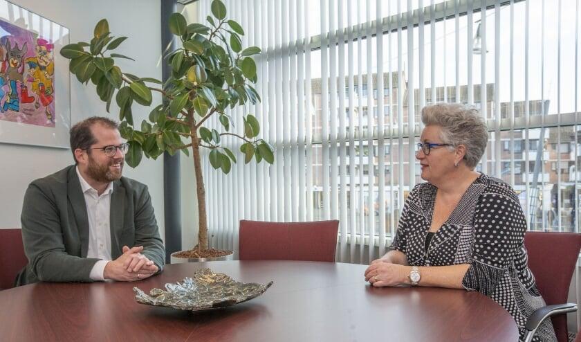 <p>Wethouder Mari&euml;nne van Dongen en directeur Robert Tops van Cordaad Welzijn. FOTO: Bert Jansen.</p>