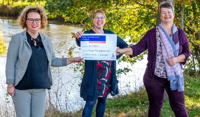 <p>Petra van de Laar (links) overhandigt de cheque van het Rabo Dichterbij Fonds aan Ellis Rijkers en Hubertine van den Biggelaar. Foto: Ellis Rijkers</p>