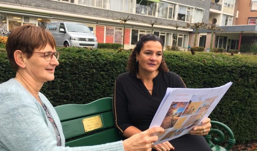 <p>Veronica Groen in &rsquo;t Wout (links op de foto) en Angela Groothedde buigen zich over de interieurschetsen van &lsquo;hun&rsquo; Logeerhuis. Foto: Jos Borghols</p>