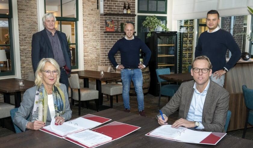<p>De ondertekening van het koopcontract. Met aan tafel Toke Piket, voorzitter Raad van Bestuur Abrona, en Erik Schoonderwoerd, erachter v.l.n.r. John Vork, Don Janmaat, Jamie de Jong. (Foto: Aschwin Snel)</p>