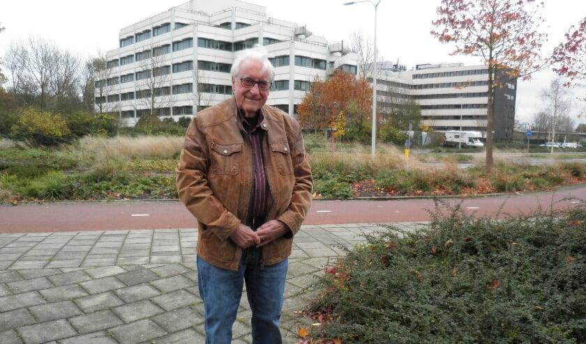 <p>Voorzitter van BADE, Jacques van der Meer, aan het Bredewater voor kantoorgebouwen, die straks verdwijnen. Foto Kees van Rongen</p>