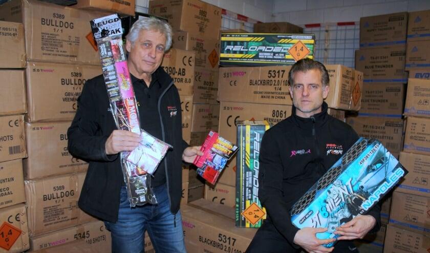 <p>Vader Kobus (li) en zoon Duncan Kabalt in hun Alphense vuurwerkkbunker. Het consumentenvuurwerk moet dit jaar blijven liggen; alleen de kinderpakketjes mogen verkocht worden. FOTO: Morvenna Goudkade</p>