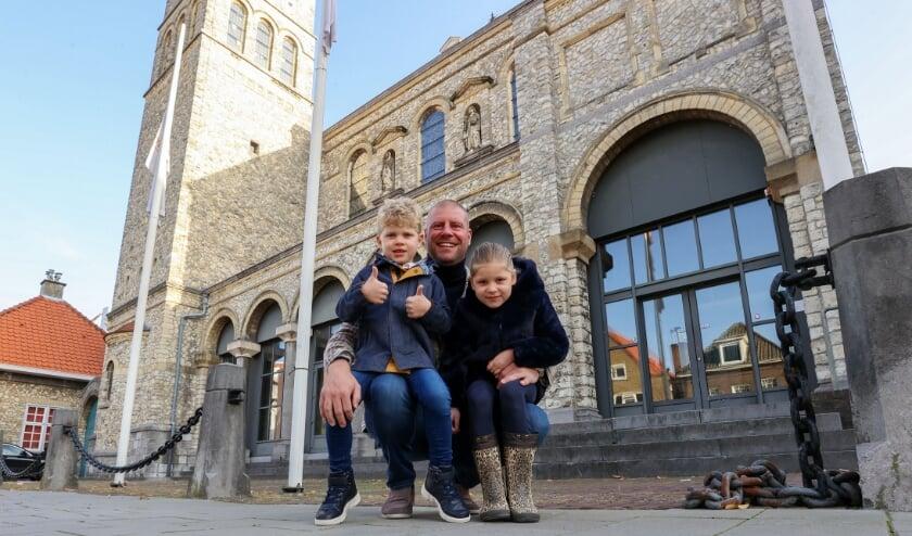 <p>Olof van Gelder heeft het voor mekaar: het Sinterklaashuis mag open. Hier op de foto met zijn kinderen Lux (l) en Coco. (Foto: Bert Jansen).</p>