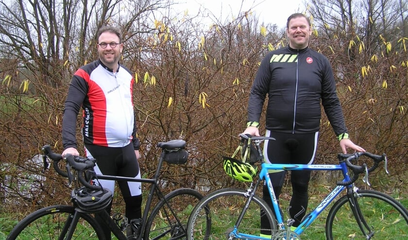 <p>Alex (r) en Peter: &quot;Ons fietsavontuur levert voldoening op en waarschijnlijk zere billen,&quot; aldus het tweetal. (foto: Gerreke van den Bosch)&nbsp;</p>