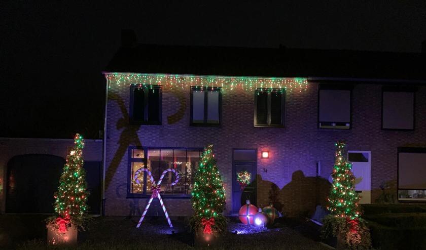 <p>Was het in Nederland tot voor kort vooral gebruikelijk om het binnenshuis te versieren met een boom met ballen en lichtjes, sinds een aantal jaar beginnen ook hier steeds meer mensen, in navolging van Amerika, het buiten ook vrolijker en lichter te maken.</p>