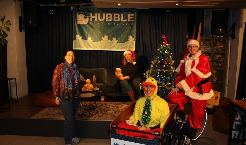 <p>Maartje de Vries (links), samen met medewerkers van het Hubble Community Caf&eacute;.</p>