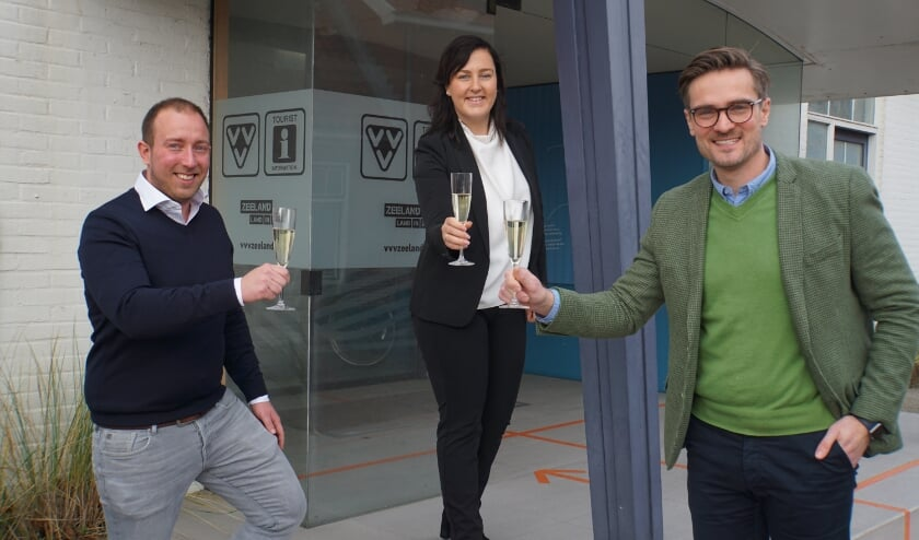 <p>v.l.n.r.: &nbsp;Arjen Dekker (directeur heerlijkehuisjes.nl), Maxine Steketee-Poley (Regiomanager Zeeland) en Erik van den Dobbelsteen (directeur VVV Zeeland) proosten op de ondertekening van de koopovereenkomst.</p>