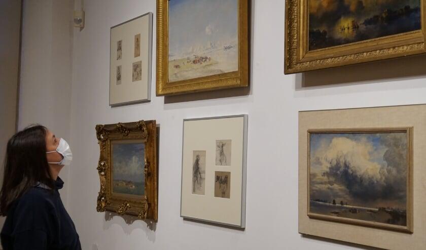 Kijken naar het werk van Jan Voerman senior. In de Voerman senior-zaal is een rijk aanbod te vinden. (Foto: Voerman Museum Hattem)