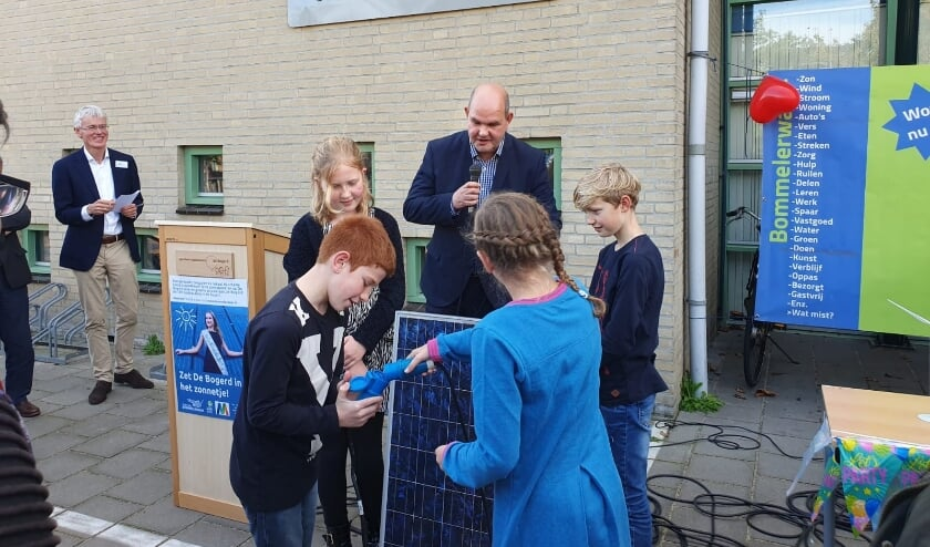 <p>Start van het zonnedakproject bij De Bogerd met openingswoord door wethouder Duurzaamheid, Erik van Hoften. Foto: Cooperatie Bommelerwaar. </p>