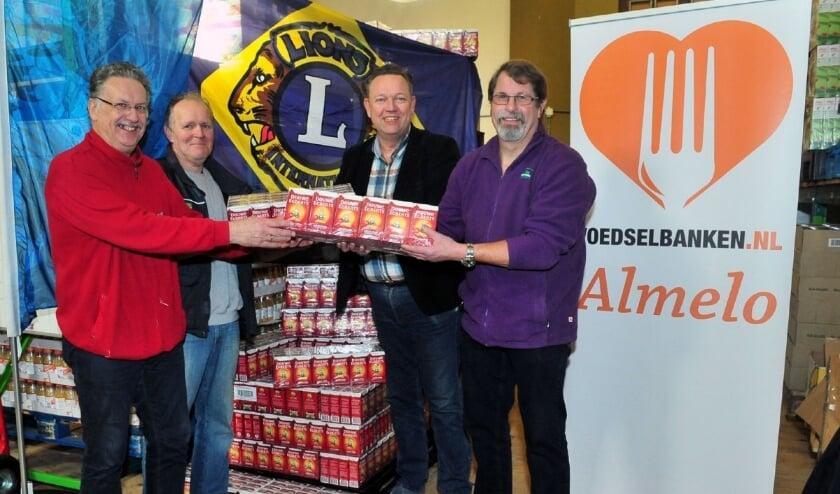 <p>De Lionsclubs zetten zich in voor de Voedselbank. (eigen foto)</p>