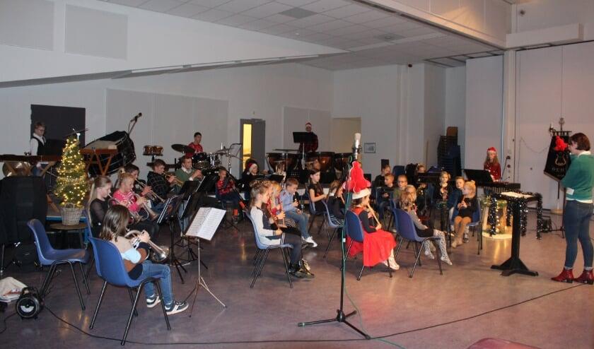 <p>Het jeugdorkest en de blokfluitgroep van Muziekvereniging Vriendschap uit Oene.</p>
