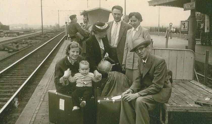 <p>Hier vertrekt de familie van Lith vanaf station Zaltbommel naar Rotterdam om daar op de boot te stappen naar Amerika. Annie staat rechts.</p>