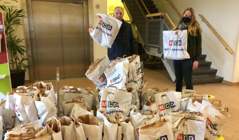 <p>Twee medewerkers van de MCD met de tasjes voor bewoners van woonzorgcentrum Nebo.</p>