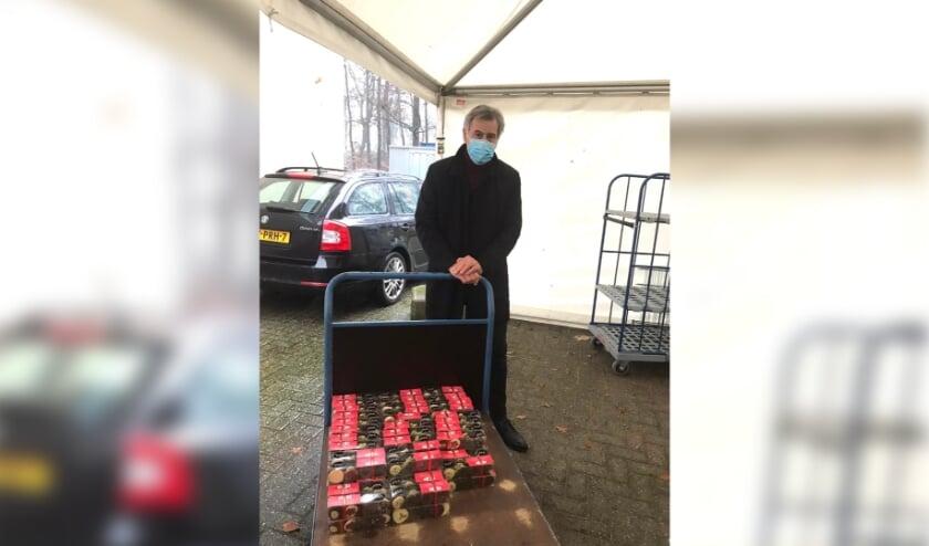 <p>Henk Wubbels levert namens Lions Doetinchem de Graafschap 96 dozen chocolade af bij het Slingeland Ziekenhuis.</p>
