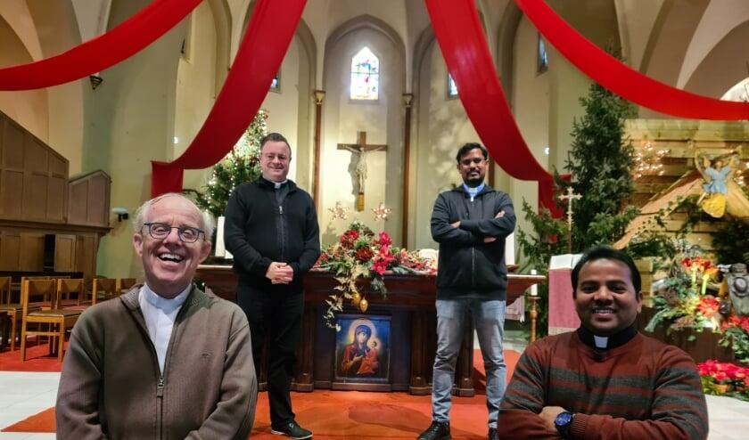 <p>Achterste van links naar rechts: diaken Bas en pater John. Voor van links naar rechts pastoor Felie Spooren en pater Ramesh. </p>