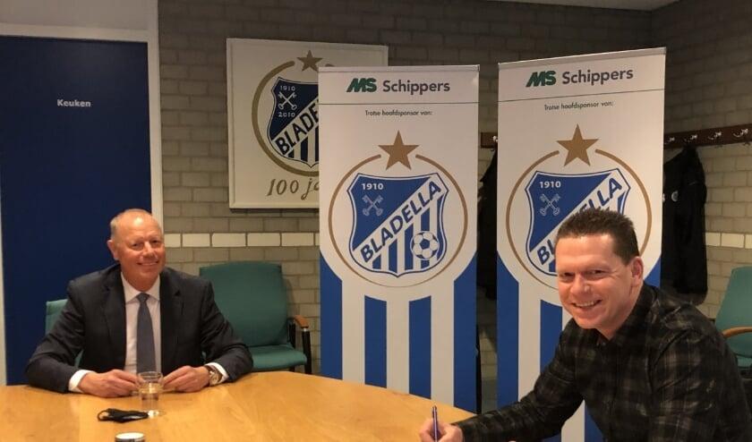 Jurgen Elbers tekent contract onder toeziend oog van Bladella voorzitter Wim Ploeg