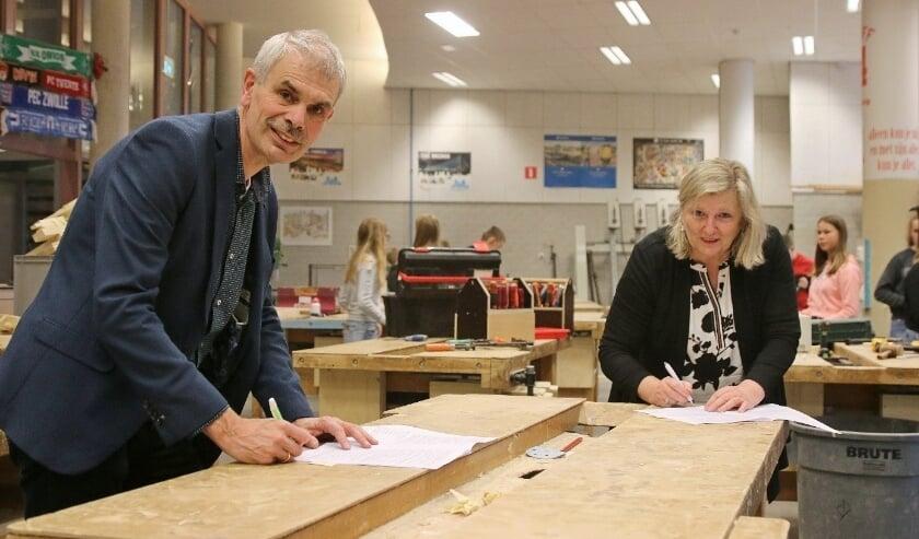<p>Wilco Leeflang (locatiedirecteur Nuborgh Oostenlicht) en Ageeth Strijker (directeur college Techniek &amp; Gebouwde Omgeving Deltion) in het BWI-lokaal van het Nuborgh College. (Foto: Minne van der Heide)</p>