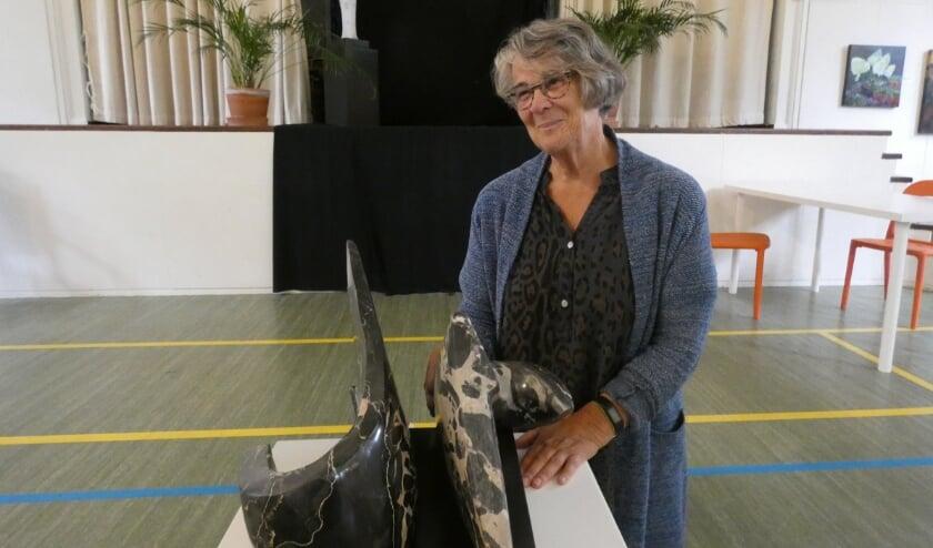 <p>Ada de Groot met enkele van haar werken op een expositie.&nbsp;</p>