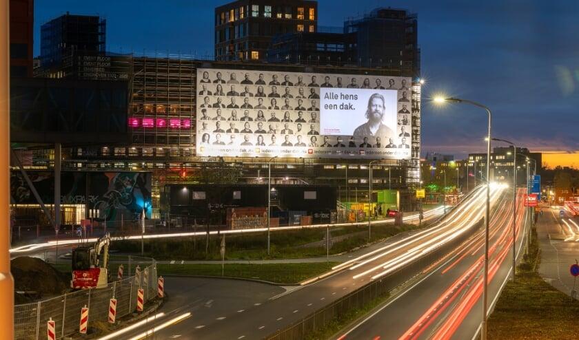 <p>Ruim 135 mensen hebben de strijd tegen dakloosheid een gezicht gegeven op een billboard op het Veemgebouw. (Foto: Igor Vermeer).</p>