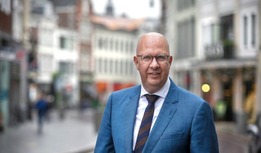 <p>De Bossche burgemeester Jack Mikkers wenst de inwoners van zijn stad een liefdevol en gezond 2021 toe. Een jaar waarin we elkaar weer kunnen omarmen, na de coronatijd. Foto: Sandra Peerenboom.</p>