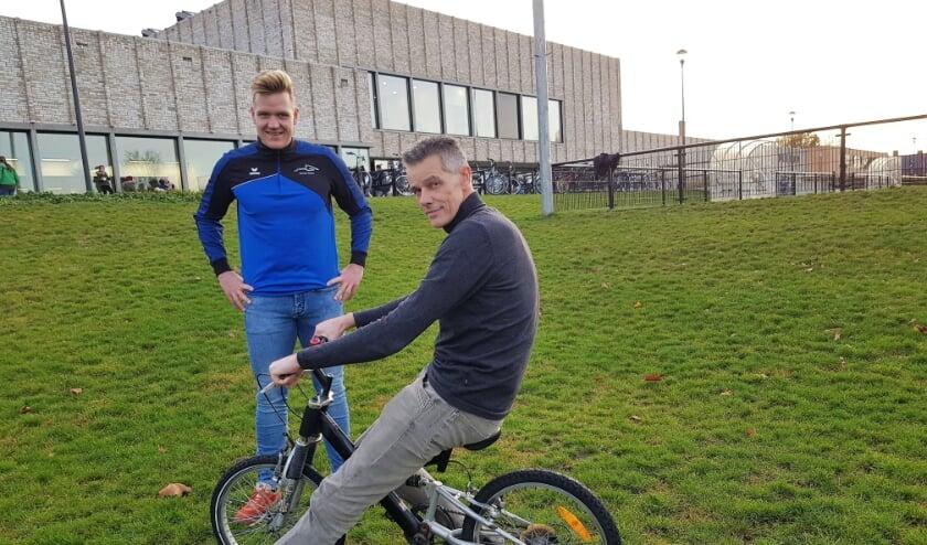 <p>Initiatiefnemer Eric Kuijt (voorgrond) en Hans Kap van het Sport en Beweegteam Renkum poseren op de plek waar de pumptrack moet komen.&nbsp;</p>