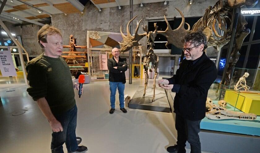 <p>Directeur Arnoud Odding neemt de schenking van Joost Elbersen in ontvangst (Foto: Annina Romita) &nbsp;</p>