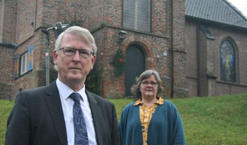 Predikant Wouter Koelewijn en kerkenraadsvoorzitter Willemijntje Klein bij het kerkje op de heuvel in Heelsum. Foto: Kees Jansen