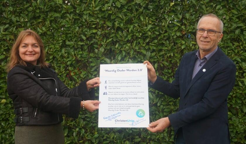<p>Theo Aalbers en Connie Brouwer met het manifest. Zij willen lokaal de actiepunten tot uitvoering brengen.</p>