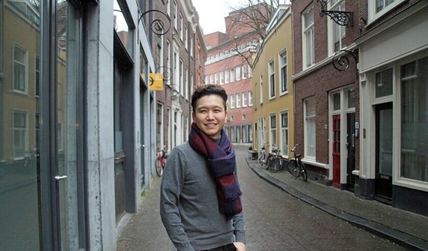 <p>Jeong-guk Lee vindt dat wonen in Den Haag zijn leven heeft veranderd (Foto: Peter van Zetten)&nbsp;</p>