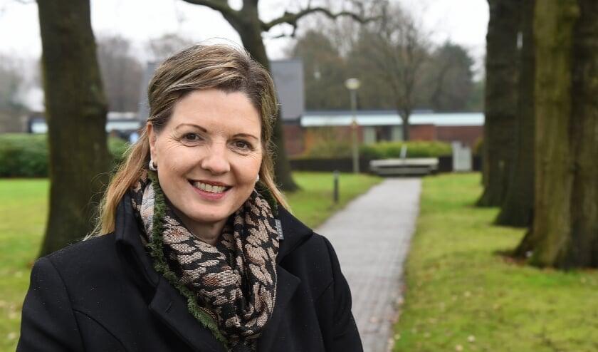 <p>Gerdine van Kooten bij crematorium Slangenburg. (foto: Roel Kleinpenning)</p>
