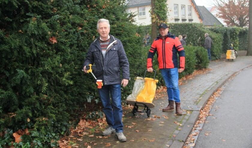 <p>Twee leden van Lions Club Duiven in actie voor de 'schoonwandelcompetitie' van de serviceclub. Gewapend met grijper en inzamelzak.</p>