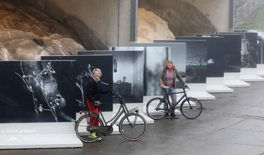<p>&nbsp;Erma Rotteveel en Kiek van der Poel bij de fotopanelen, vlak voordat deze geplaatst werden langs de route van de fietstocht &lsquo;Veenmeermin waar ben je?&rsquo; Foto: aangeleverd</p>