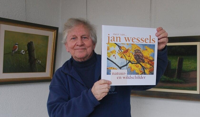 Natuur- en wildschilder Jan Wessels met zijn nieuwe boek, met ruim 160 schilderijen.
