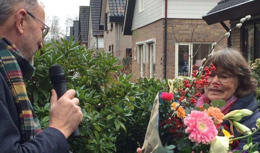 <p>Interim college van bestuur van het CNS Nunspeet &nbsp;Fred van der Ham overhandigt bloemen uit aan Wilma Rouvoet.</p>