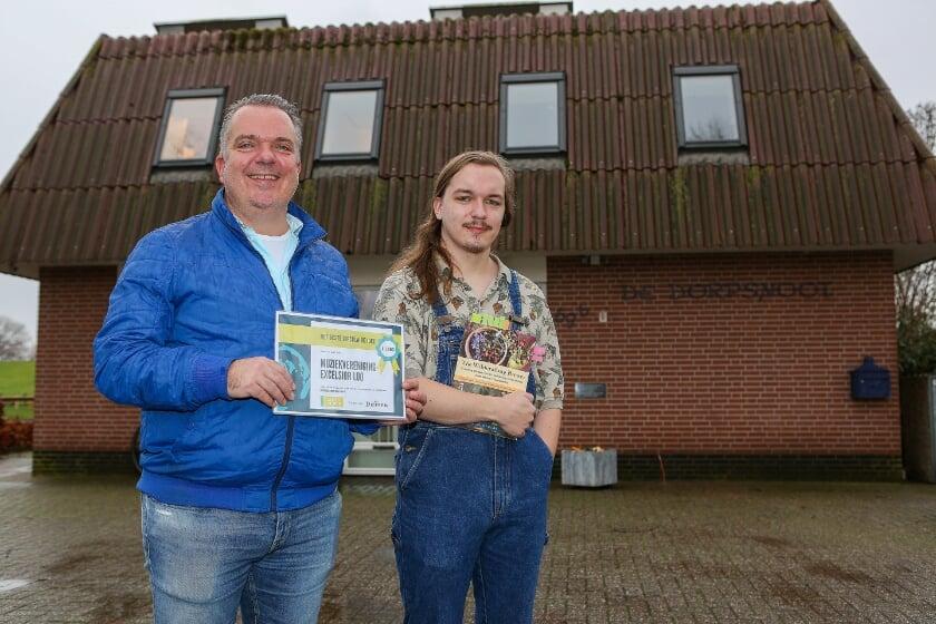 <p>Gert-Jan en Bob van Zuijlen van muziekvereniging Excelsior Loo met de cheque van 2500 euro die werd gewonnen in de prijsvraag van de gemeente Duiven. (Foto: Rene Nijhuis)</p>