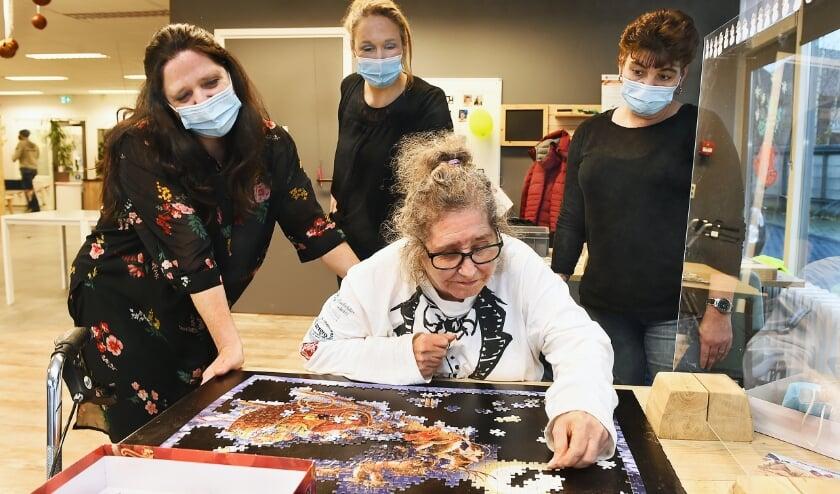 <p>Zorgkamer begeleidsters Mandy Mundhenke, Monique Abbema en Stephanie Koolman met deelneemster Henny. (foto: Roel Kleinpenning)</p>