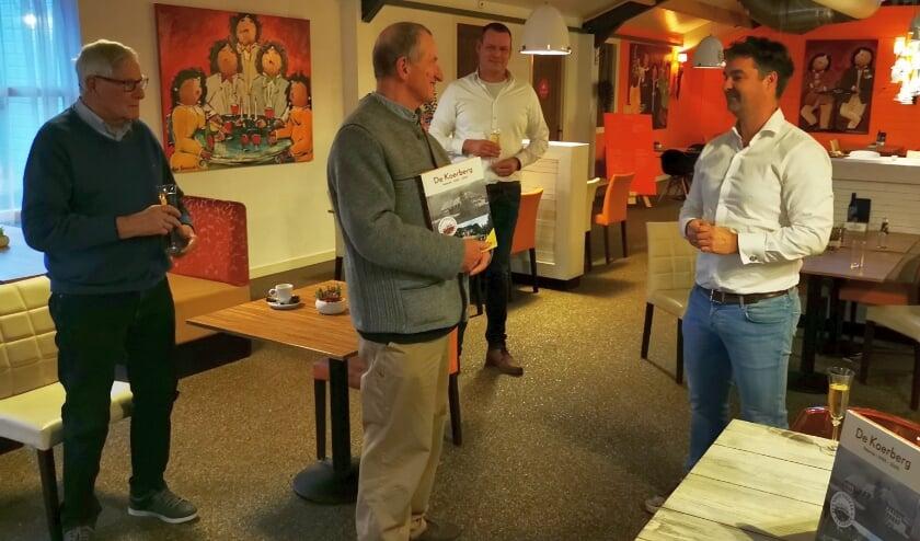 <p>Jouke Reitsma (l) bij de uitreiking door Kees van Boven (m) van het jubileumboek aan directeur Tim Slager. Emiel de Goeijen kijkt toe.</p><p><br></p>
