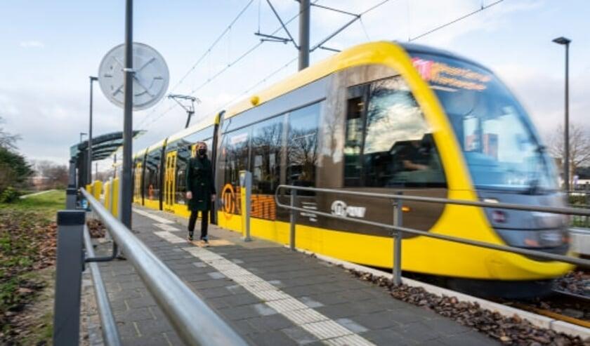 <p>De nieuwe CAF-tram op de vernieuwde halte Zuilenstein (Nieuwegein). Foto: Rick Huisinga.</p>