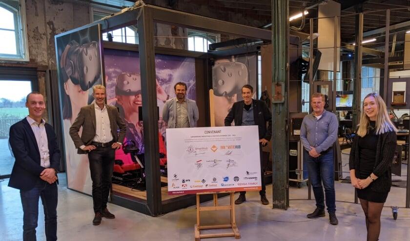 <p>V.l.n.r. Maarten van Gils (HAN), Jan Kaak (SmartHub), Kees Nieuwenhuijse (Graafschap College), Hans Hutten (Innovatiehub), Bas Olde Hampsink (Saxion) en Marij Striekwold (projectmanager Innovatiehub en SmartHub Achterhoek). </p>