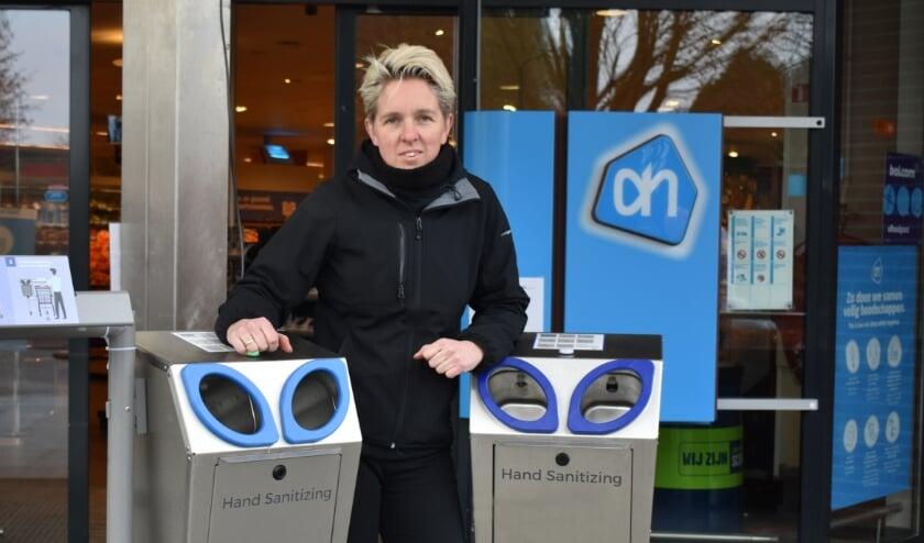 <p>Tineke Post met Clean2go-apparaten die ze heeft afgeleverd bij Albert Heijn Wierden. (Foto: Van Gaalen Media)</p>
