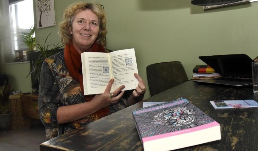 <p>De QR-codes in het boek Ondersteboven verwijzen naar interviews en filmpjes op het internet over de Rogier Hulst Foundation.&nbsp; Foto: Marianka Peters</p>
