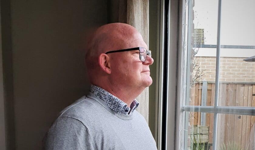<p>VVD-raadslid Hans van Vierssen kijkt in zijn Lingemeerse woning met vertrouwen vooruit op 2021. (foto: Arno voor de Poorte)</p>