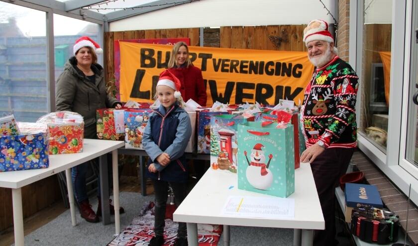 <p>Een overzicht van de vele Kersttasjes met Bestuursleden Renate Wolters, Natasja van der Kraan en Willie Pluijm en op de voorgrond Elise van der Kraan.</p>