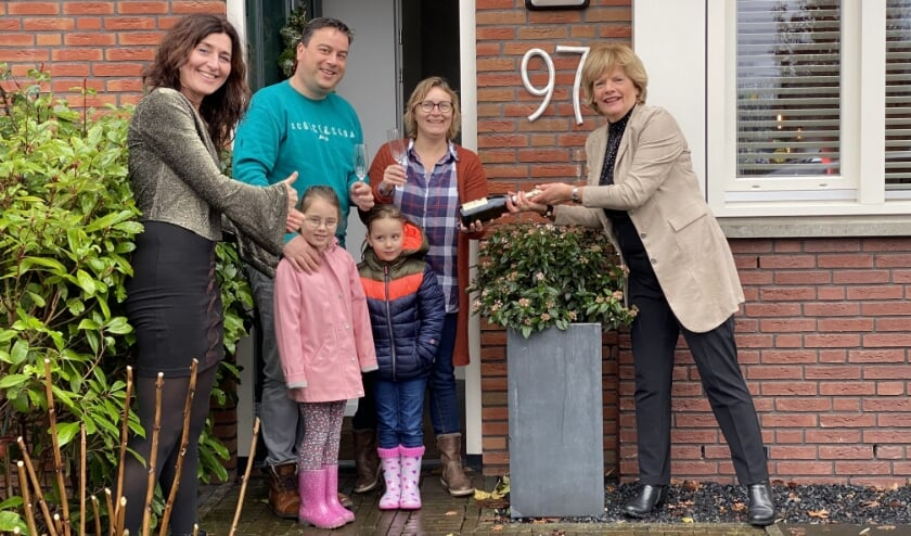 <p>V.l.n.r. Irene Okkerman (Wapen van Odijk), familie Den Hollander en Madeleine Groenhof.&nbsp;</p>