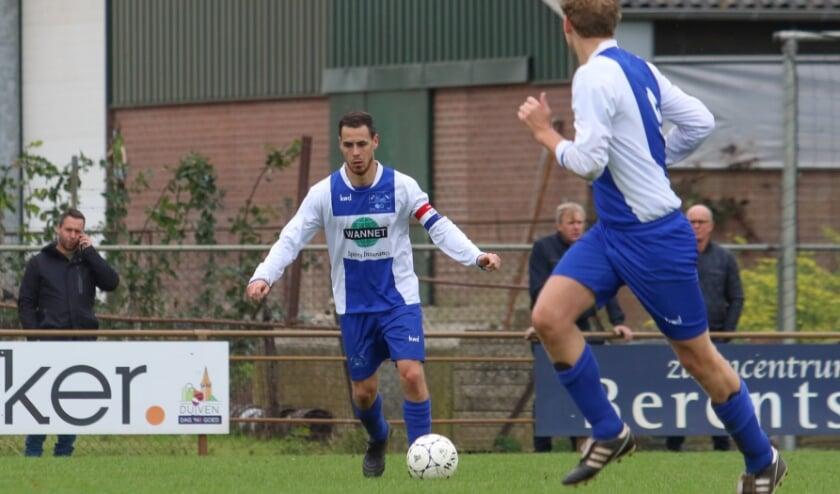 <p>Aanvoerder Robin van Oijen van SV Loo is een van de dragende krachten van de jeugdige en talentvolle ploeg. (Foto: Lin VI Fotografie)</p>