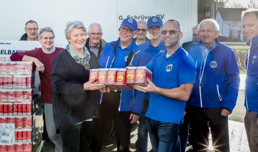 <p>Sinds 2013 organiseert de Lionsclub Apeldoorn de jaarlijkse inzamelingsactie van Douwe Egberts koffiepunten ten behoeve van de Voedselbank. Op de foto de overhandiging van de pakken koffie van de vorige actie.</p>