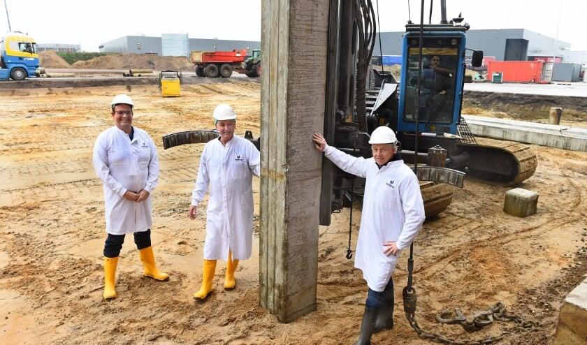 Vlnr Jacco Remijn, Jan Legters en Edward Windhorst bij eerste paal nieuwbouw Esbro